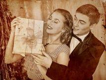 在圣诞晚会的夫妇 被定调子的乌贼属 库存图片