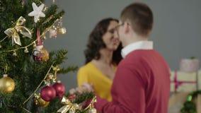 在圣诞晚会的愉快的爱恋的夫妇跳舞,称互相祝愿 股票视频