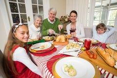 在圣诞晚餐期间的祖父雕刻的roats火鸡 免版税库存图片