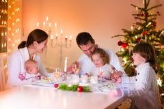 在圣诞晚餐的愉快的年轻家庭 库存照片