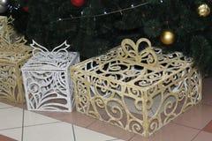 在圣诞树下是美丽的精美礼物 免版税图库摄影