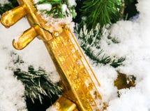 在圣诞树分支的圣诞节玩具 圣诞节在城市 库存照片