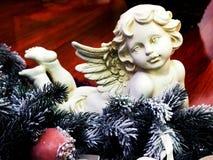 在圣诞树分支的天使小雕象 免版税库存图片