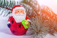 在圣诞树分支的玩具圣诞老人 免版税库存图片