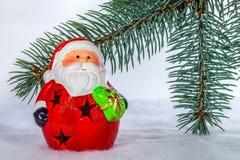 在圣诞树分支的玩具圣诞老人 免版税图库摄影