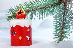 在圣诞树分支的玩具蜡烛 图库摄影