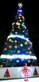 在圣诞树前面的小女孩跳舞 免版税库存照片