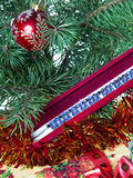 在圣诞树和项链礼物的分支的新年的球。静物画 免版税图库摄影