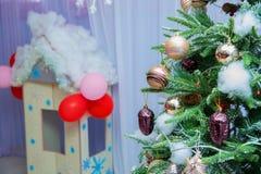 在圣诞树圣诞节装饰的各种各样的圣诞节装饰品在冷杉木戏弄 金子和红颜色在装饰的关闭 库存图片