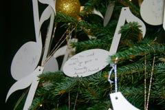 在圣诞树垂悬的圣诞节愿望 免版税图库摄影