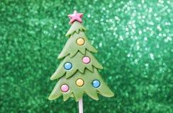 在圣诞树形状的棒棒糖 免版税库存照片