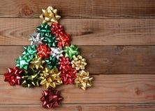 在圣诞树形状的被分类的弓 图库摄影