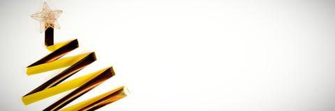 在圣诞树形状的金黄丝带 免版税库存图片