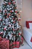 在圣诞树旁边的床 免版税图库摄影