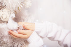 在圣诞树特写镜头的圣诞树玩具 儿童手指人力五个现有量的现有量 免版税库存照片