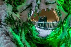 在圣诞树玩具的反射 库存图片