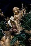 在圣诞树的一个天使 免版税库存照片