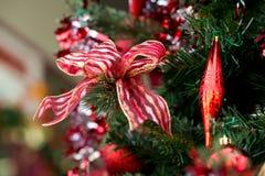 在圣诞树的丝带装饰 免版税库存照片