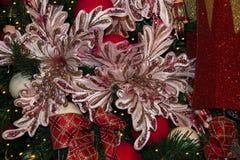 在圣诞树的两朵桃红色大花 图库摄影