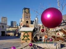 在圣诞树的五颜六色的球 免版税库存照片