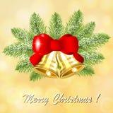 在圣诞树的分支的圣诞节金铃 库存例证