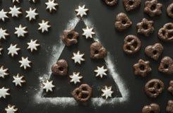 在圣诞树的圣诞节曲奇饼由面粉制成 库存图片