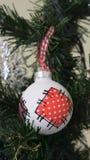 在圣诞树的圣诞节玩具 库存照片