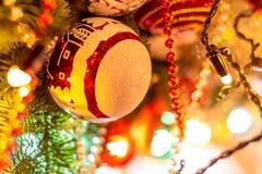 在圣诞树的圣诞节球在红场 库存照片