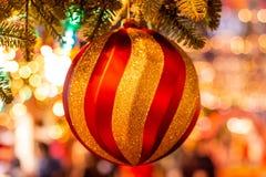 在圣诞树的圣诞节球在红场 库存图片