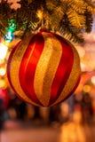 在圣诞树的圣诞节球在红场 免版税图库摄影