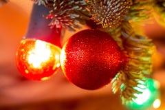在圣诞树的圣诞节球在红场 免版税库存照片