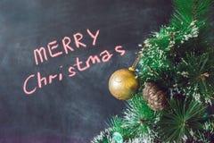 在圣诞树的圣诞节球 快活的圣诞节 免版税库存照片