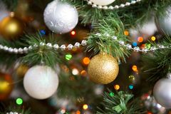 在圣诞树的圣诞节球 库存图片
