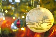 在圣诞树的圣诞节球 免版税库存图片