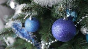 在圣诞树的圣诞节球 股票录像