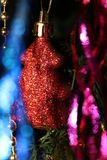 在圣诞树的圣诞节装饰欢乐心情和美丽的装饰的 免版税库存图片