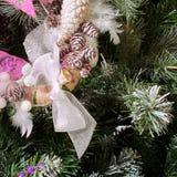 在圣诞树的圣诞节装饰 免版税库存图片