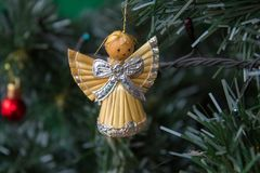 在圣诞树的天使,在圣诞树的天使小雕象由秸杆制成 库存图片