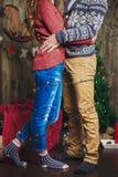 在圣诞树的夫妇拥抱 免版税图库摄影