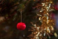 在圣诞树的微小的中看不中用的物品 库存照片