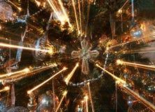 在圣诞树的抽象发怒装饰品与光柱 免版税库存图片