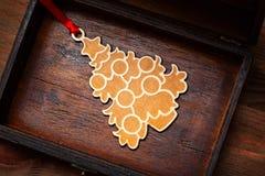 在圣诞树的玩具 以一棵圣诞树的形式圣诞节装饰在一个老木箱 免版税库存照片