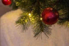 在圣诞树的球装饰品 免版税库存图片