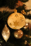 在圣诞树的球 免版税库存照片