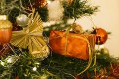在圣诞树的礼物 库存照片
