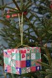 在圣诞树的礼物 免版税库存图片