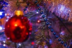 在圣诞树的红色中看不中用的物品 库存照片