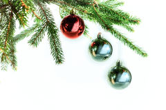 在圣诞树的红色球 卡片 免版税库存图片