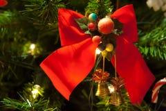 在圣诞树的红色蝶形领结装饰在右边 免版税库存照片
