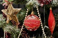 在圣诞树的红色装饰 免版税库存照片